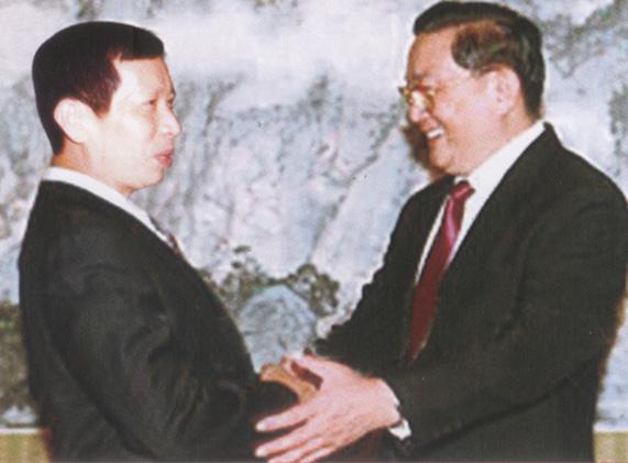 (右一)中共中央政治局常委罗干,(左)集团董事长钟元才