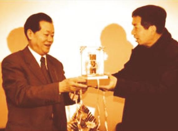 (左一)四川省委副书记、省长张中伟,(右)集团董事长钟元才